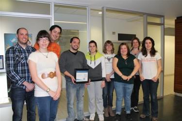 Six des dix lauréats, en compagnie des techniciens en loisirs Gabriel Hamelin et Vincent Flamand-Roberge et de l'enseignant d'Arts visuels François-Michaël Dulude.