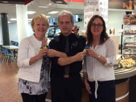 Gaëtan Daviau, directeur des Services alimentaires, entouré des deux gagnantes, Céline Loranger et Mireille Nadeau.