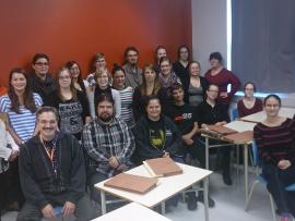 Les étudiants de 3e année du programme des Techniques de la documentation entourent Mme Sophie Morel, archiviste à BAnQ Trois-Rivières.