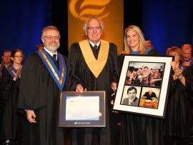 Le directeur général du Cégep de Trois-Rivières, Raymond-Robert Tremblay et la présidente du conseil d'administration, Karine Provencher, remettent un diplôme honorifique ainsi qu'une mosaïque à M. Jean-Guy Paré.