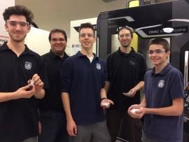 Des étudiants du Séminaire St-Joseph usinent des pièces de leur robot au département de Génie mécanique du Cégep de Trois-Rivières.