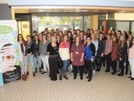 Caroline Hamel et Florence Vincent du Service de placement, Lucie Thibeault et Patricia Lapierre du CIUSSS accompagnées d'étudiants et étudiants de deuxième année en Soins infirmiers.