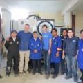 Philippe Dubé et Richard Bolduc, du département de Génie mécanique entourés des enseignants de la Bolivie à l'Institut technique Ayacucho de La Paz.