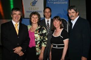Le docteur Richard Béliveau en compagnie des membres de la Fondation du Cégep de Trois-Rivières