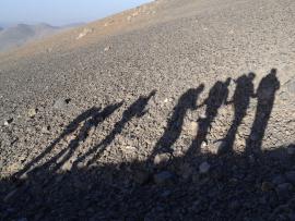 Les silhouettes de randonneurs sur une montagne