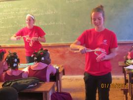 Deux jeunes femmes enseignent aux enfants comment se brosser les dents