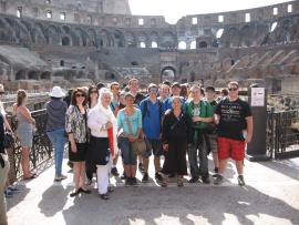 Un groupe de voyageurs dans le Colisée à Rome