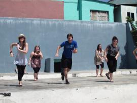 Des danseurs sur une scène extérieure