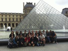Un groupe de personnes devant le Louvre