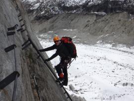 Un grimpeur en escalade sur un rocher