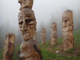Des sculptures dans la brume