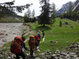 Randonneurs dans un sentier en montagne