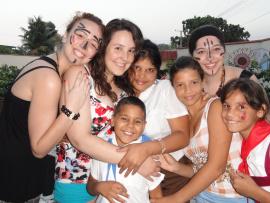 Une groupe de jeunes femmes et des enfants qui sourient