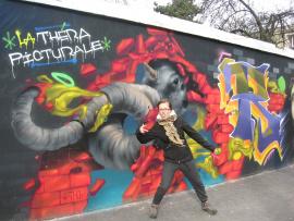 Un jeune femme devant une murale