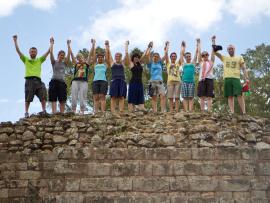 Des jeunes saluent sur un rocher