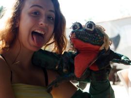 Une jeune fille tenant une marionnette qui grimace