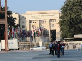 Des personnes devant l'édifice des Nations Unies