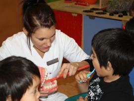 Une infirmière enseigne aux enfants comment se brosser les dents