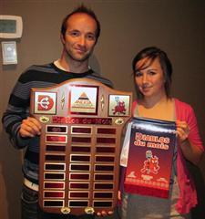 L'athlète Diablos du mois d'octobre 2010, Audrey Magny de l'équipe de soccer AA, en compagnie de son entraîneur Sébastien Poulin-Vallières.