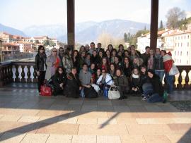 Un groupe de voyageurs devant une balustrade