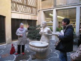 Une femme e un homme devant une fontaine