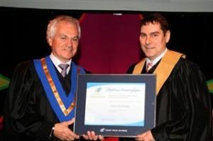 Le président du conseil d'administration, André J. Gagnon, et le Dr Alain Deschamps, troisième diplômé honorifique du Cégep de Trois-Rivières.