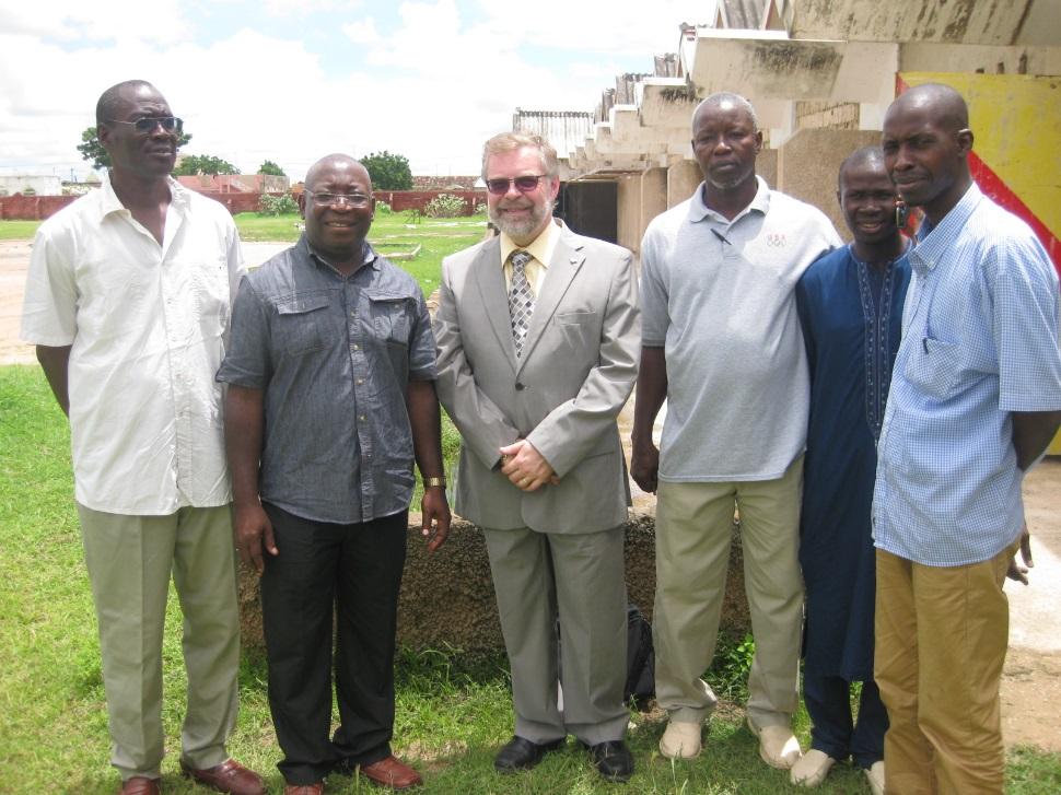 M. Ndiane N'DOUR, Proviseur du LTCEAN, Philippe Mpeck, Raymond-Robert Tremblay, et des responsables et enseignants du Lycée.