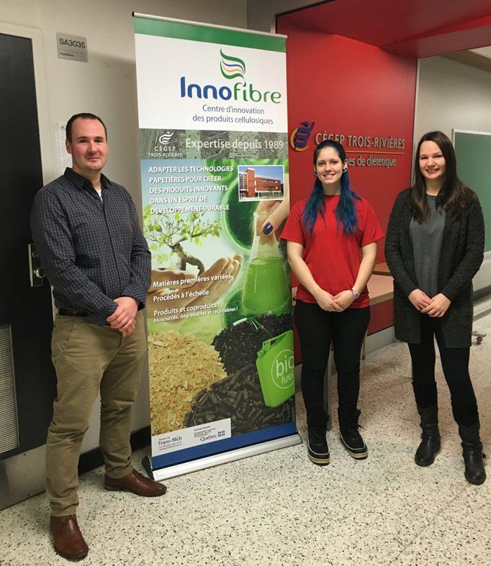 Jean-Philippe Jacques, directeur d'Innofibre en compagnie des deux gagnantes, Léonie Laroche et Dominique Vigeant